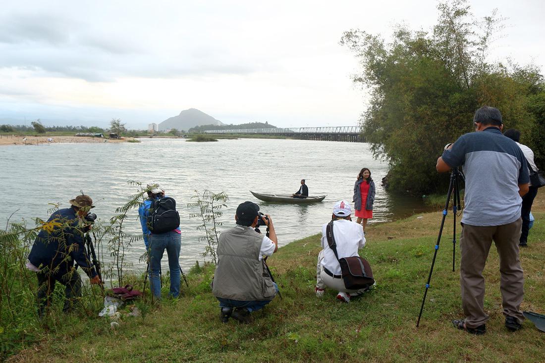Sáng tác ảnh bên cầu Đà Rằng bắc qua sông Ba